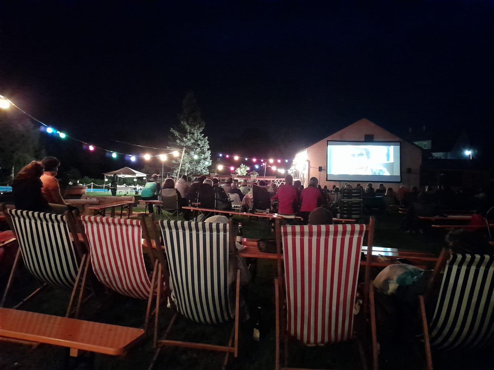 Open-Air-Kino im Schwimmbad